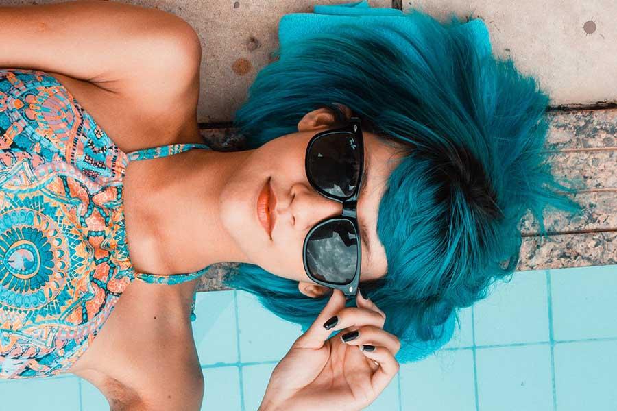kék hajú lány